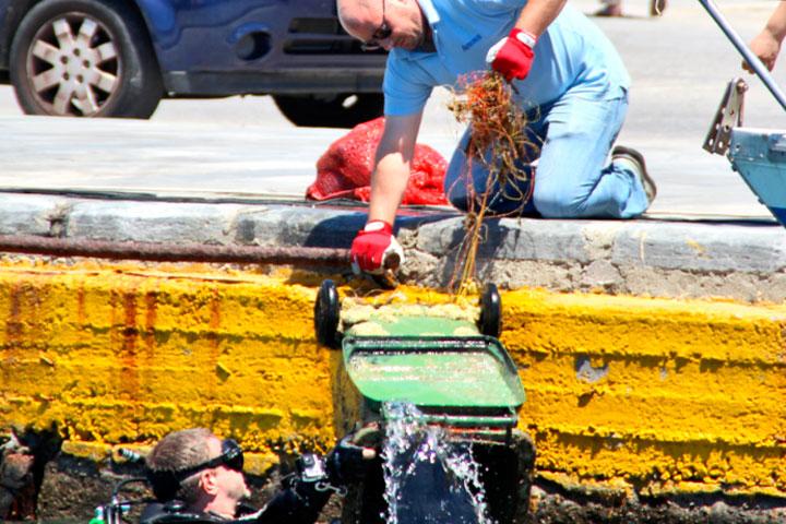 Περιβαλλοντική δράση από το ΣΥ.ΔΕ.ΣΥΣ: Απορρύπανση του βυθού του λιμανιού της Τήνου